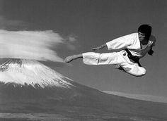 Awesome preformance of a Yoko tobi Geri Also known as Tobi Yoko Geri 飛び横蹴り. Shotokan Karate, Goju Ryu Karate, Kenpo Karate, Martial Arts Quotes, Martial Arts Workout, Aikido, Street Fighter Movie, Karate Styles, Karate Kick