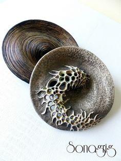 Polymer clay jewellery by Sona Grigoryan. Polymer Clay Kunst, Polymer Clay Pendant, Fimo Clay, Polymer Clay Projects, Polymer Clay Beads, Clay Crafts, Metal Clay Jewelry, Ceramic Jewelry, Organic Polymer