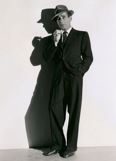Film Noir, Humphrey Bogart in publicity still for 'Dead Reckoning' (Dir. Golden Age Of Hollywood, Vintage Hollywood, Hollywood Glamour, Hollywood Stars, Classic Hollywood, Hollywood Men, Humphrey Bogart, Gangster Style, Classic Movie Stars