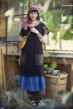 """Sommermode 2013 - Die schwarze Tunika """"Ibis"""" aus Lyocell/Baumwolle sowie darunter ein blaues Kleid aus Leinen/Baumwolle"""