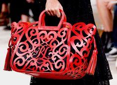 Os arabescos vermelhos aparecerem no modelo da Ralph Lauren