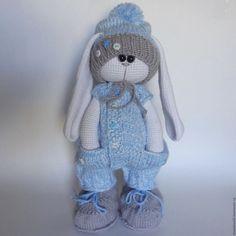Doll's studio (вязаная одежда для кукол Monster Knitted Bunnies, Knitted Animals, Knitted Dolls, Crochet Dolls, Crochet Doll Pattern, Crochet Toys Patterns, Amigurumi Patterns, Stuffed Toys Patterns, Diy Crochet Toys