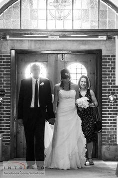 Bruden ankommer med far og brudepige #Bryllupsfotograf #Intofoto #Bryllupsfoto #Bryllupsfotografering #Hillerød #Nordsjælland