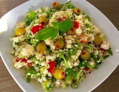 Sałatka z kaszą kuskus, serem feta i rukolą - Blog z apetytem Raw Food Recipes, Salad Recipes, Healthy Recipes, Appetizer Salads, Appetizers, Vegetable Salad, Food Design, Chicken Salad, Fried Rice