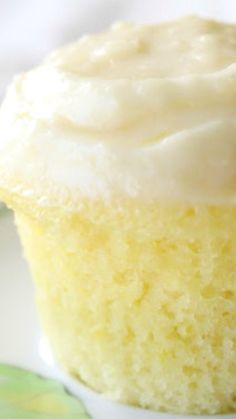 Cloud Like Lemon Cupcakes Recipe The cakes texture resembles that of a cloud irresistibly soft and puffy. The dough contains a subtle tanginess from the lemon juice and zest complemented perfectly by the decadent cream cheese frosting. Lemon Desserts, Lemon Recipes, Baking Recipes, Sweet Recipes, Delicious Desserts, Dessert Recipes, Yummy Food, Lemon Cupcakes, Yummy Cupcakes