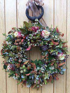 House Beautiful house of beauty corona Christmas Door Wreaths, Christmas Flowers, Holiday Wreaths, Christmas Crafts, Diy Spring Wreath, Diy Wreath, Xmas Decorations, Bunting, Flower Arrangements