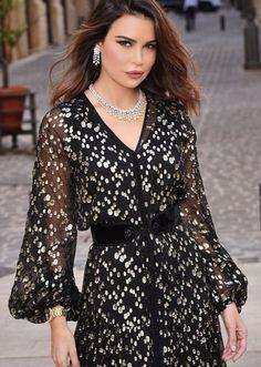 he gorgeous on Siham Tazi 's iconic evening dress. Morrocan Dress, Moroccan Caftan, Hijab Fashion, Fashion Beauty, Fashion Dresses, Arabic Dress, Rajputi Dress, Frozen Dress, Oriental Fashion