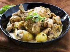 Geflügeleintopf mit Champignons und Estragon ist ein Rezept mit frischen Zutaten aus der Kategorie Hähnchen. Probieren Sie dieses und weitere Rezepte von EAT SMARTER!