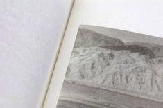 Fanette Mellier Tracés- Dans ce livre d'Ariadne Breton-Hourcq, trois séries de photographies de paysages chinois, légèrement flous, avec des contrastes très subtils, se succèdent. La mise en page, systématique, rythme les légères variations entre les images, comme lors d'un voyage en train, il en résulte une sensation «hypnotique». Ce livre modeste, loin des standards habituels des livres de photographies, peut s'apparenter à un «carnet».