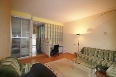 priestranný 1i byt v Bratislave na Križnej ul. Staré mesto, 48m2, p.3/5 s výťahom.Byt je po komplet. rrekonštr., dispozične veľmi dobre riešený: obývačku a spálňu oddeľuje od kuchyne predsieň, z ktorej je vchod do kúpelne a oddelené wc. V kuchyni je malá komora s novou pračkou a balkónik orientovaný do tichého dvora Blumentalskej ulice.