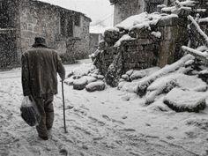 El invierno de la vida    El duro invierno en los pueblos aislados de la montaña en Galicia.