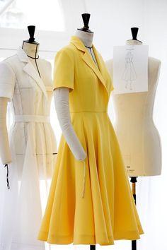 Bekijk hier hoe de Dior jurk van de actrice steek voor steek voor haar op maat werd gemaakt.