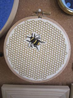 Pity that you can't make perfect hexagons on a square grid like this. Very nice bumblebee though.