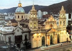 Argentina Tour: Salta è famosa per la tipica architettura in stile coloniale spagnolo ed è circondata da magnifici paesaggi.