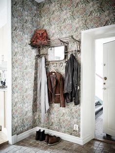 Recibidor alegre. Home Interior Design, House Design, House Styles, Brick In The Wall, House Interior, Interior Inspo, Small Hallways, Interior Wallpaper, Home Deco