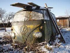 vw bus been sitting awhile Volkswagen Bus Camper, Vw T1, Abandoned Cars, Abandoned Vehicles, Vw Caravan, Bug Car, Vw Classic, Wheels On The Bus, Cool Vans