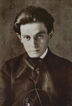 """Egon Schiele En 1907, Egon Schiele se convirtió en una protegida de Gustav Klimt, líder del grupo de la Secesión de Viena de los artistas. El trabajo de Schiele le debe mucho a la elegancia decorativa de Klimt, sin embargo, Schiele destacó expresión sobre decoración. En 1909, ayudó a fundar el Grupo Arte Nuevo en Viena. Obras importantes incluyen """"The Seer incluidas"""" (1911), """"El Cardenal y monja"""" (1912), y """"Embrace"""" (1917)."""