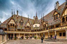 3⃣ Hospices de Beaune  en Côte-d'Or (Bourgogne) - Style gothique flamboyant. L'Hôtel-Dieu est aujourd'hui un musée.