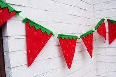Decoração de festa tema Moranguinho com bandeirinhas fofas