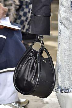 New York Fashion Week: le borse Primavera Estate 2019 bags handbags michael kors New York Fashion Week: le borse Primavera Estate 2019 Fashion Week, New York Fashion, Fashion Bags, My Bags, Purses And Bags, Leather Drawstring Bags, Designer Bags Online, Jane Birkin, Leather Bags Handmade