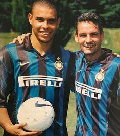 Ronaldo & Roberto Baggio The Beast and The Wizard Football Awards, Best Football Players, Football Uniforms, World Football, Football Stadiums, Soccer Players, Football Shirts, Retro Football, Football Soccer