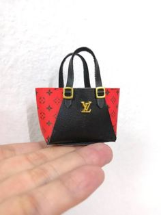 Designer handbag for Blythe, Barbie, Fashion Royalty and other 12 inch dolls Monster High Dollhouse, Diy Dollhouse, Barbies Pics, Beautiful Barbie Dolls, Barbie Accessories, Mini Things, How To Make Handbags, Barbie And Ken, Cloth Bags
