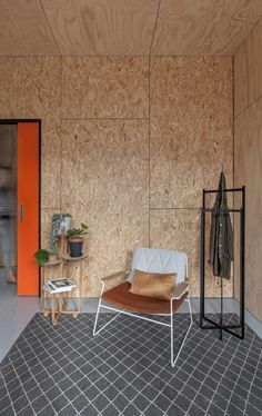 Ply and OSB walls in the Mil Constructions office by Doherty Design Studio. Plywood Interior, Plywood Walls, Ideas Cabaña, Osb Wood, Oriented Strand Board, Plywood Design, Interior Architecture, Interior Design, Particle Board