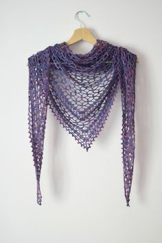 A free crochet pattern of the Nightfall Shawl. Do you also want to crochet this Nightfall Shawl. Read more about the Crochet Pattern Nightfall Shawl. I have something new for you today, the Nightfall Shawl. My love for crochet shawls continues to grow an Crochet Shawl Free, Crochet Shawls And Wraps, Crochet Scarves, Crochet Clothes, Crochet Lace Scarf, Lace Shawls, Crochet Dresses, Crochet Triangle Scarf, Crochet Mandala