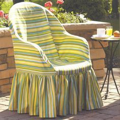 Imagine.. seeing this - instead of a stacking plastic patio chair- garden furniture slipcover tutorial here.. Barbaridade: BRICOLAGEM - Que tal fazer o seu próprio forro para cadeira