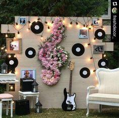 Décoration du photobooth de mariage sur le thème de la musique