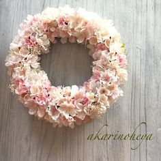 上質なアーティフィシャルフラワー厳選した3種の桜をふんだんに散りばめました。また爽やかさを出すために新緑をさりげなく紫陽花で合わせ、かすみ草はプリザーブドフラワーを使用して贅沢なリースとなっております。去年は完売しましたので今年も作らせて頂きます。サイズMサイズ おおよそ24㎝前後です。春を感じる桜リース、お部屋にまたドアリースとしてもお飾り下さい。贈り物の場合はラッピングをご希望下さい。専用のボックスにお入れして発送致します。ご入金確認後より12日以内に配送いたします。以下を必ずお読み下さいますようお願いします。 発送はリサイクルボックスを使用します。固定のためにテープを使わせて頂く事がございます。到着しましたらそっとお剥がし下さい。 輸送時に破損した場合は対処させて頂きます。 お色違いなどもお作りできます。些細な事でもご質問やお問い合わせお待ちしております。ドアリース スプリング 2018春 桜のリース 桜リース アーティフィシャルリース プリザーブドフラワー 送料無料 さくらリース ハンドメイド新作2018 春リース Wreaths And Garlands, Door Wreaths, Ikebana Flower Arrangement, Floral Arrangements, Decor Crafts, Diy And Crafts, Buttercream Flower Cake, Floral Chandelier, Wedding Bouquets