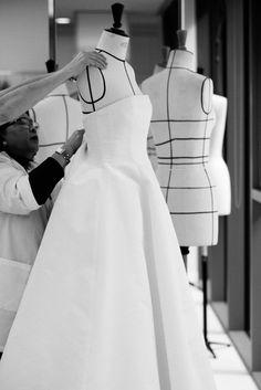 昨夜、女優であり、スキンケア「ディオール プレステージ」の中国のアンバサダーを務めるリウ・イーフェイが、豪華なディオール ビスチェ ドレスを 纏ってカンヌ映画祭の会場へと続く階段に登場しました。フラワー刺繍をあしらったドレスは、彼女のために用意されたオーダーメイド クリエイションです。