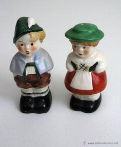 Antigua pareja de salero y pimentero con forma de pareja de personajes alpinos.