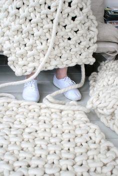 Christien Meindertsma es una asombrosamente versátil artista holandesa que ha destacado como diseñadora, autora de libros, experimentadora textil y, por supuesto, tejedora, entre otras facetas. Des…