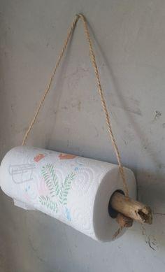 Dévidoir essuie-tout en bois flotté, corde et bouchon de liège recyclés pour une décoration authentique et épurée