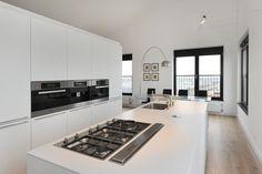 Hele witte keuken...vinden we dit mooi? Of toch met donkere achterwand?