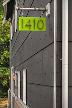 10 Modern House Number Ideas To Dress Up Your Home // A bright hanging plaque displays your house number and adds a stylish pop of color to your exterior. Pub Signs, House Numbers, Foyers, Exterior Design, Gray Exterior, Modern Exterior, Diy Design, Design Ideas, Curb Appeal