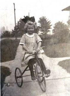 oude foto van meisje op een driewieler