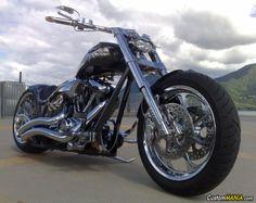 La moto col telaio thunderbike è estremamente guidabilissima, e la posizione in sella e molto comoda e confortevole. CustomMANIA.com