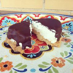 Dulce vegano de galleta, nata y cobertura de chocolate.