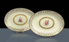 Coppia di piatti ovali in Porcellana Ferdinando IV, Napoli  inizi XIX secolo tesa decorata in policromia a motivo floreale, centro con personaggi mitologici, cm 34x26