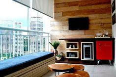 varanda gourmet com painel de madeira de demolição e frigobar