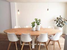 De super stoere tafel QUATRO OAK ovaal heeft een ovalen eiken blad. Het kruisonderstel van het blad is van staal en is behandeld met een matte transparante coat