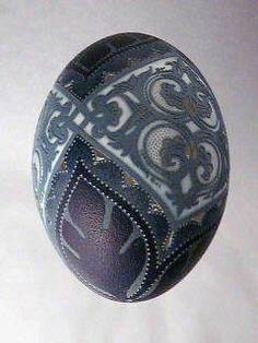 Tünde Csuhaj, artist. Beautiful etched emu egg.