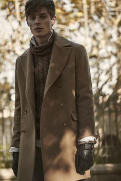 Joli manteau camel en cachemire porté avec un pull en laine marron torsadé et…