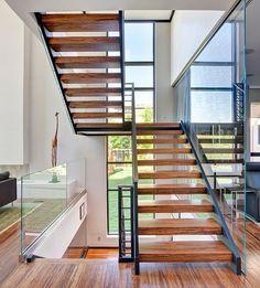 Escada em estrutura metálica e pisadas em madeira. Lincoln Park Residence by Joseph Trojanowski