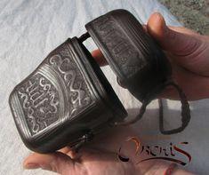 """Expériences sur le cuir """"bouilli"""" - Essais de reconstitution d'objets medievaux en cuir."""