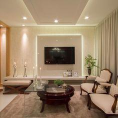Sala tv com móvel em laca nude e iluminação indireta no painel