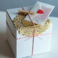 What pretty and creatively simple gift wrapping!