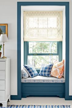 🌟Tante S!fr@ loves this📌🌟An Adirondacks Lake Cottage Designed by Architect Gil Schafer – Blue and White Home Trendy Bedroom, Cozy Bedroom, Home Decor Bedroom, Bedroom Ideas, Bedroom Inspo, Seating In Bedroom, Window Seats Bedroom, Bedroom Neutral, Master Bedroom